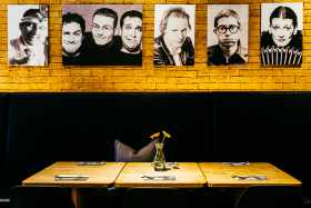 "Sitzbank mit ""Hall of Fame"" im Lokal. Foto © Simon Wachter"